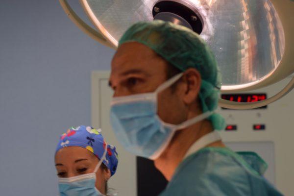 César Ramírez en quirófano días antes de viajar a Liberia