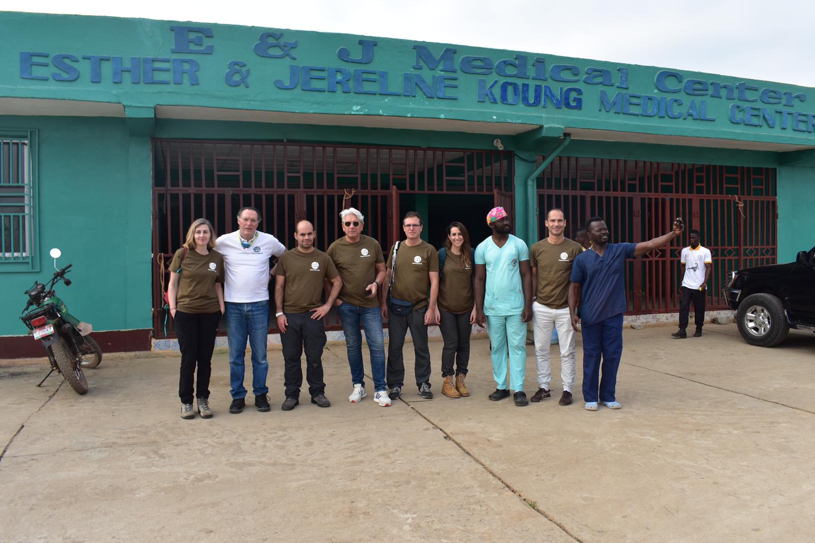 Promesa Cumplida: Equipo Bisturí Solidario en la puerta del hospital de Ganta City