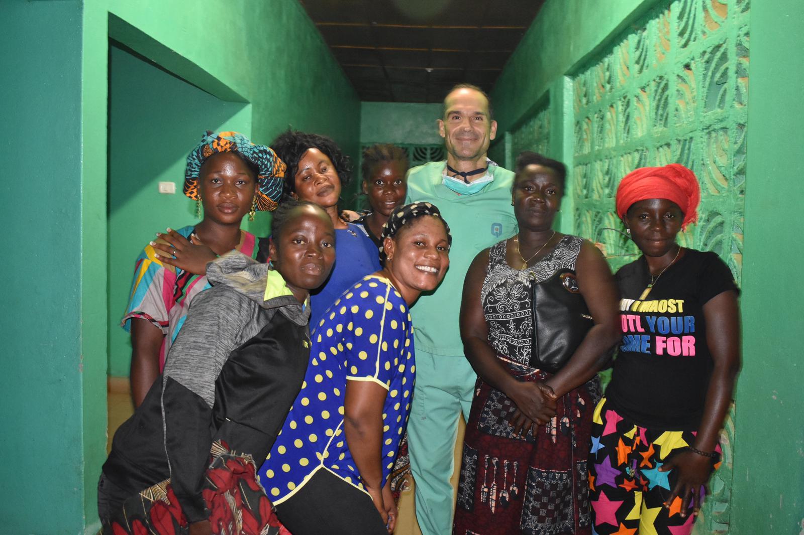 Promesa Cumplida. El Dr. César Ramírez vuelve a Liberia aquí con un grupo de liberianos en el hospital